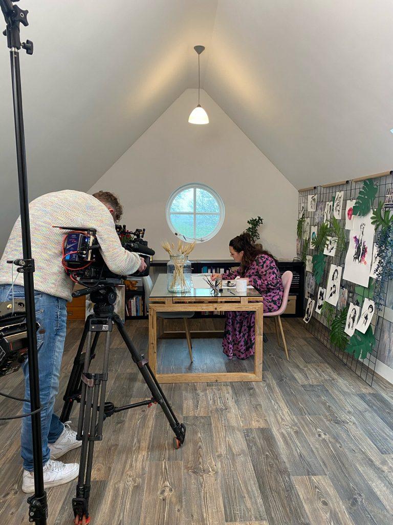 madameruiz aan het tekenen in haar atelier gefilmd door de filmcrew van VTWonen weer verliefd op je huis