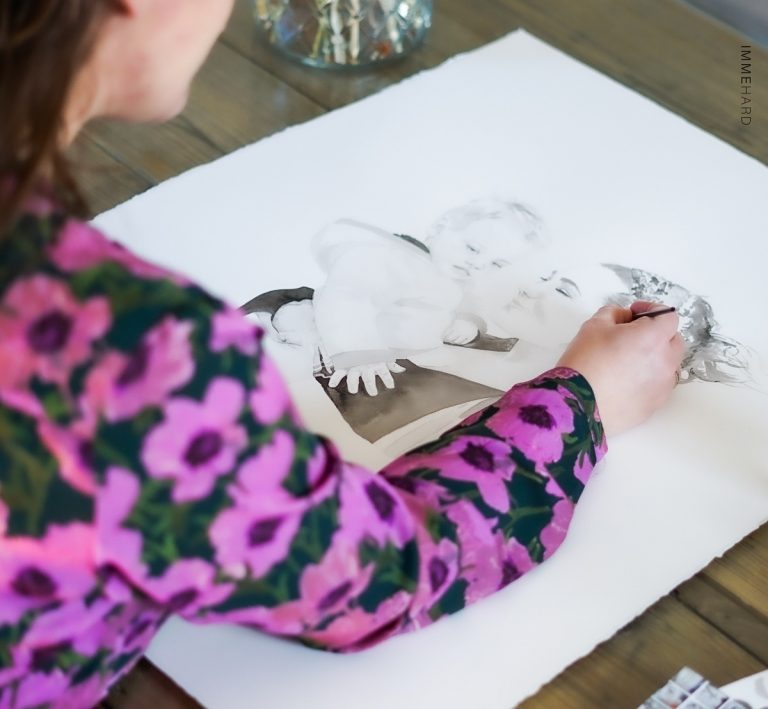 madameruiz aan het schilderen in haar atelier fotografie door IMMEhard